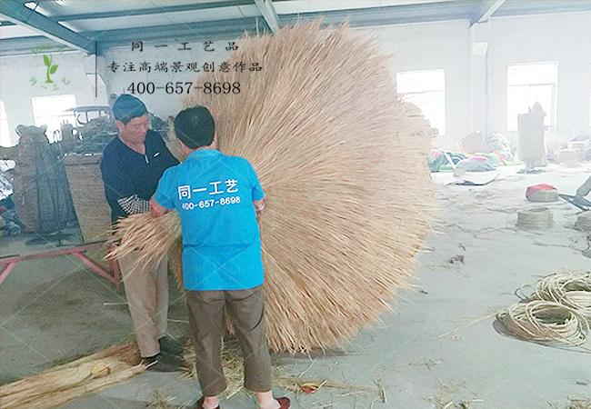 稻草工艺品稻草景观正在制作