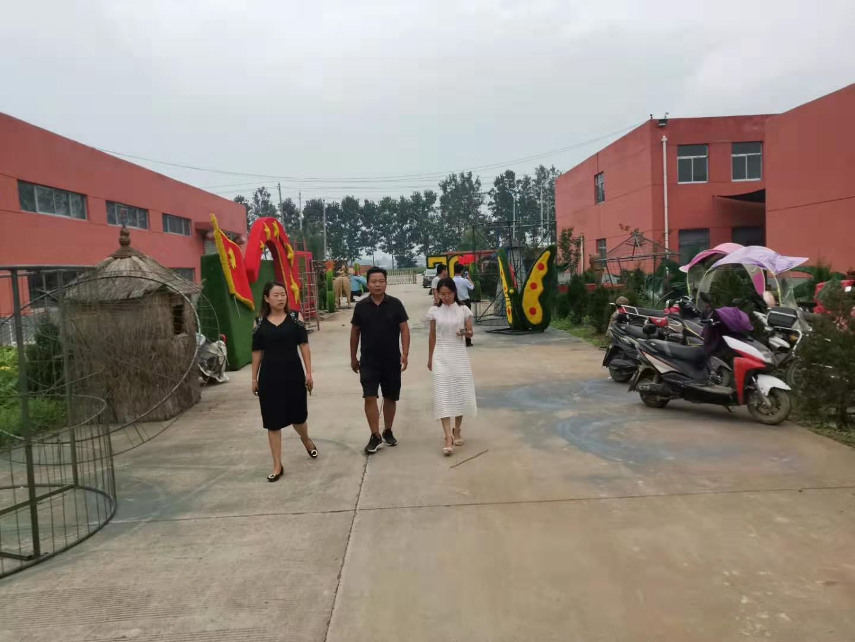 客户里参加稻草工艺品绿雕工艺品生产厂区