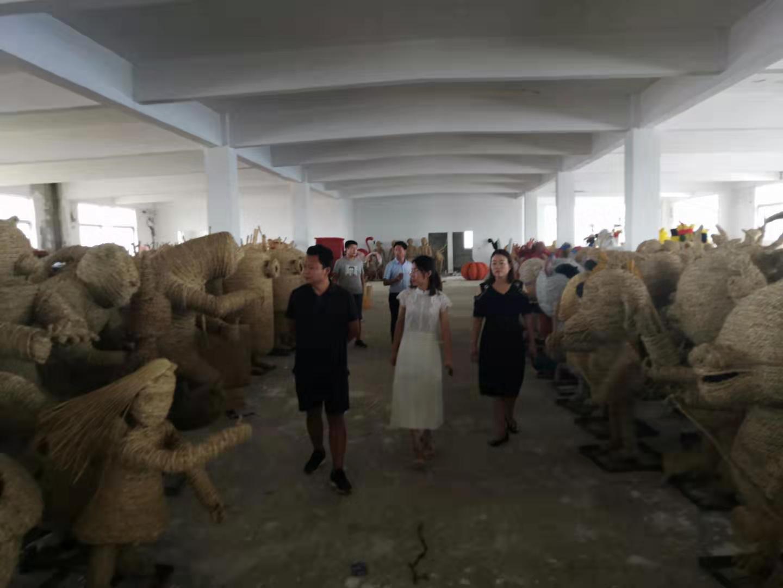 客户里参加稻草工艺品绿雕工艺品仓库