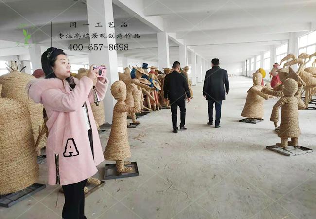 刘经理徐州客户来厂里考察草雕产品